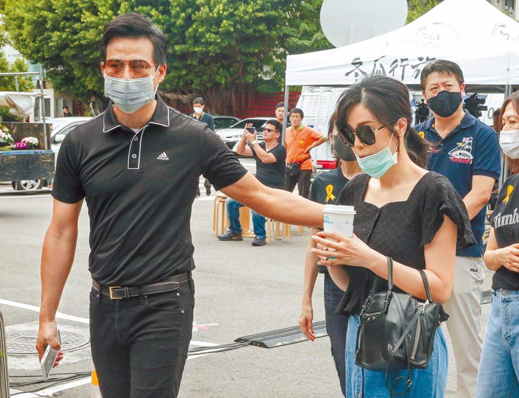 陳國華(左)昨攜妻子Ivy送摯友羅霈穎最後一程。(粘耿豪攝)