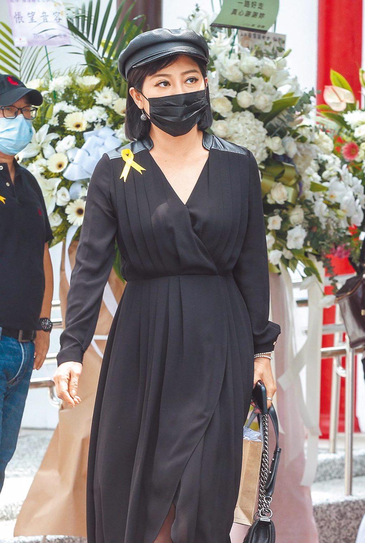 王彩樺昨一身黑出席羅霈穎告別式。(粘耿豪攝)