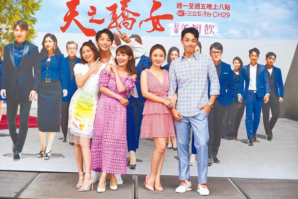 曾智希(左起)、許明杰、林萱瑜、陳子玄、楊皓崴昨出席《天之驕女》戶外粉絲見面會。(三立提供)
