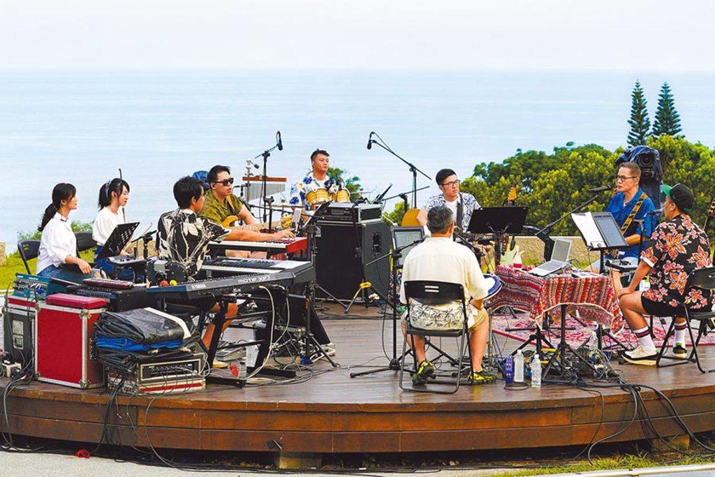 羅大佑與團隊特地打造圓型舞台,在大自然中熱唱。(大右音樂提供)