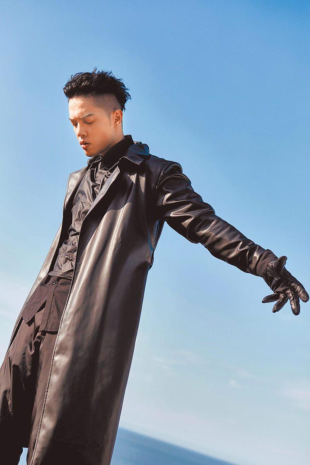J.Sheon在高溫36℃下穿著皮大衣拍攝〈愛已死〉MV。(索尼音樂提供)