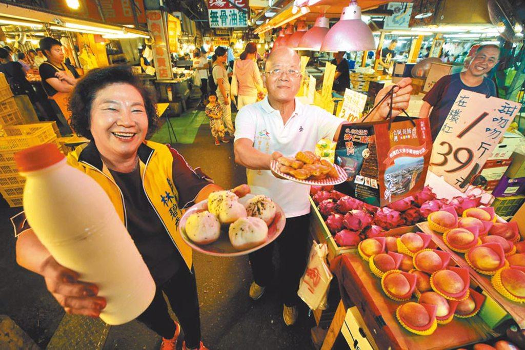 中市議員林碧秀(左起)、內新里長、內新市場執行長林清池,歡迎大家22日來大里內新市場參與台中市購物節抽獎活動。