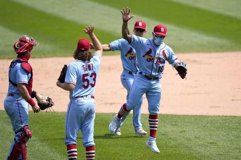 紅雀隊慶祝戰勝白襪,寇頓王(右)戴口罩與隊友隔空擊掌。(美聯社)