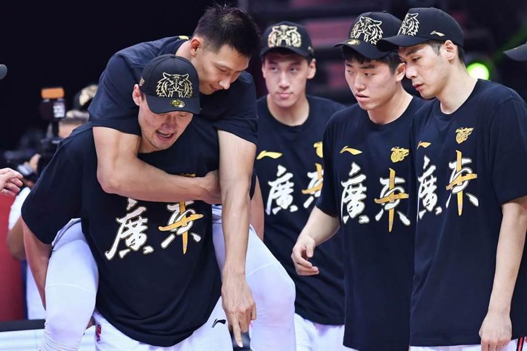 易建聯賽後還需隊友蘇偉揹著上去冠軍頒獎台。(新華社)