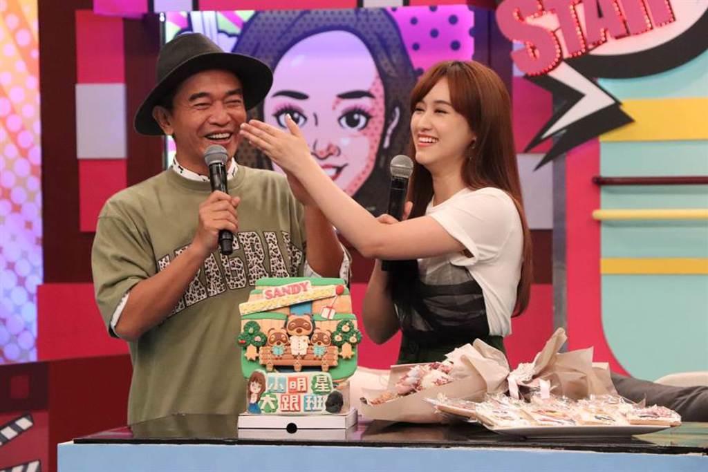 吳宗憲(左)、Sandy驚喜慶生。(中天綜合台提供)