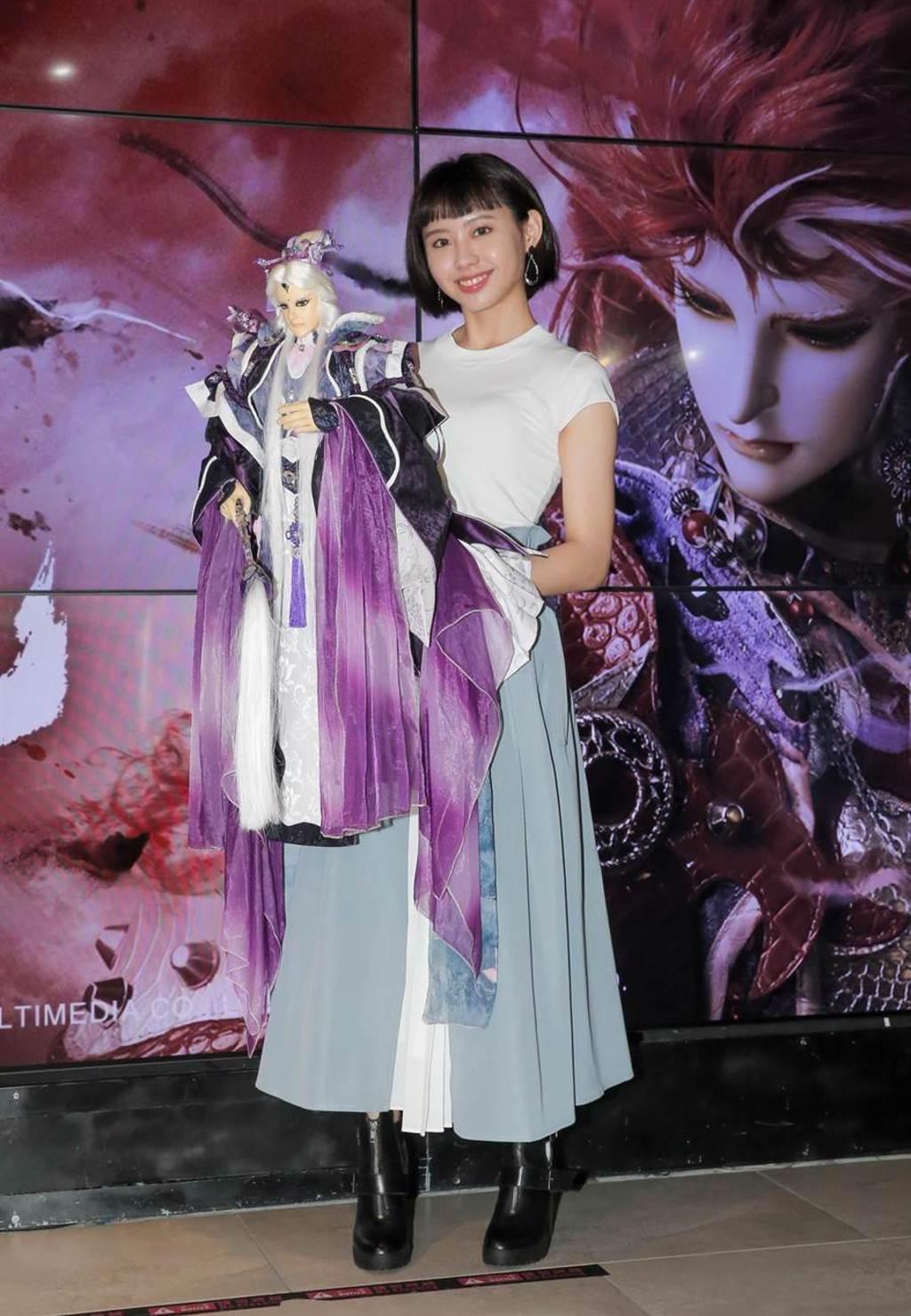 李芷婷今在首映會現場體驗操控布袋戲偶。(盧禕祺攝)