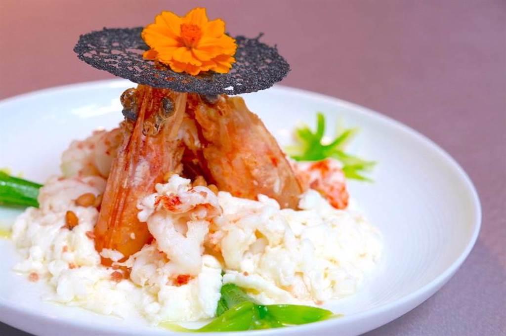与玥樓的料理融合經典與創新,「松子明蝦炒鮮奶」用廣東順德大良的名菜做變化,並以精美呈盤上桌。(何書青攝)
