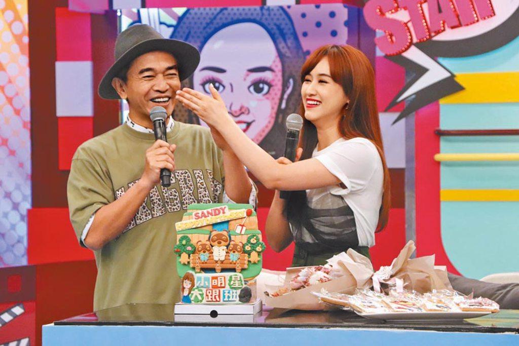 吳宗憲(左)昨在《小明星大跟班》錄影現場為女兒Sandy慶生。(中天綜合台提供)