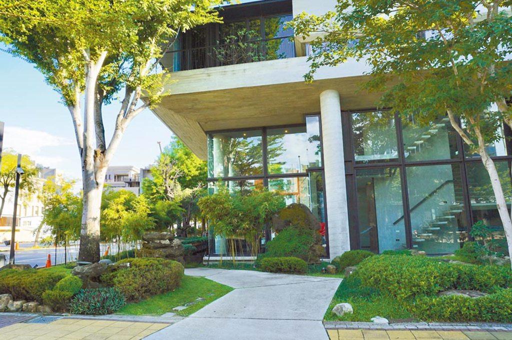 挑高玻璃屋搭配綠意盎然的庭院設計,与玥樓用餐環境十分清幽。(何書青攝)