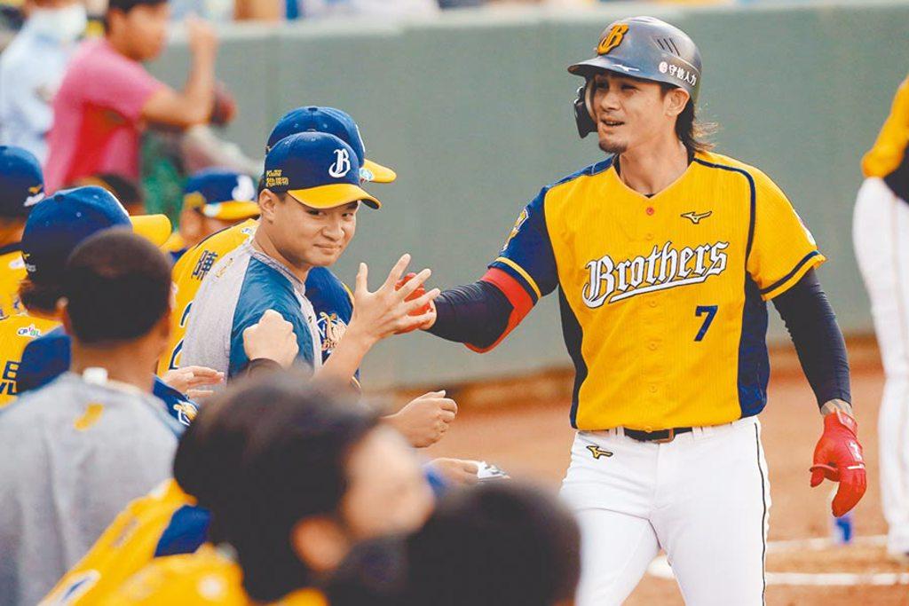 中信兄弟張志豪(右)一上場就轟出陽春炮,也是連4季20轟,中職史上第一人。(陳麒全攝)