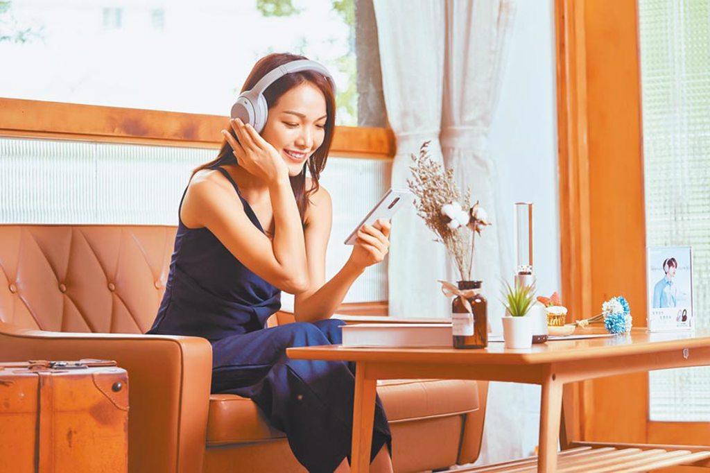 Sony的WH-1000XM4無線藍牙主動式降噪耳機,擁有高品質的聲學表現,兼具多項智慧技術,同時具備30小時的電池續航力。(Sony提供)