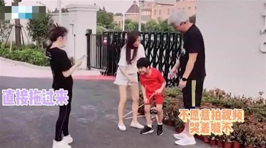 張庭被曝硬拉兒子拍視頻。(圖/翻攝自搜狐娛樂)