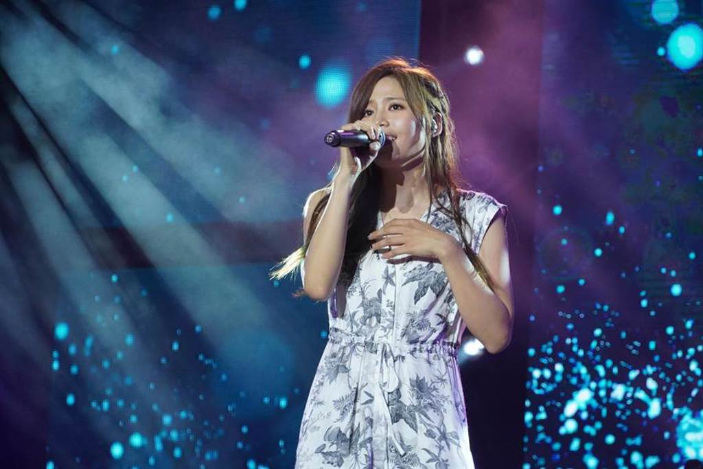吳汶芳於臺南將軍吼音樂節第二天登台演出。(臺南市觀光傳播局提供)