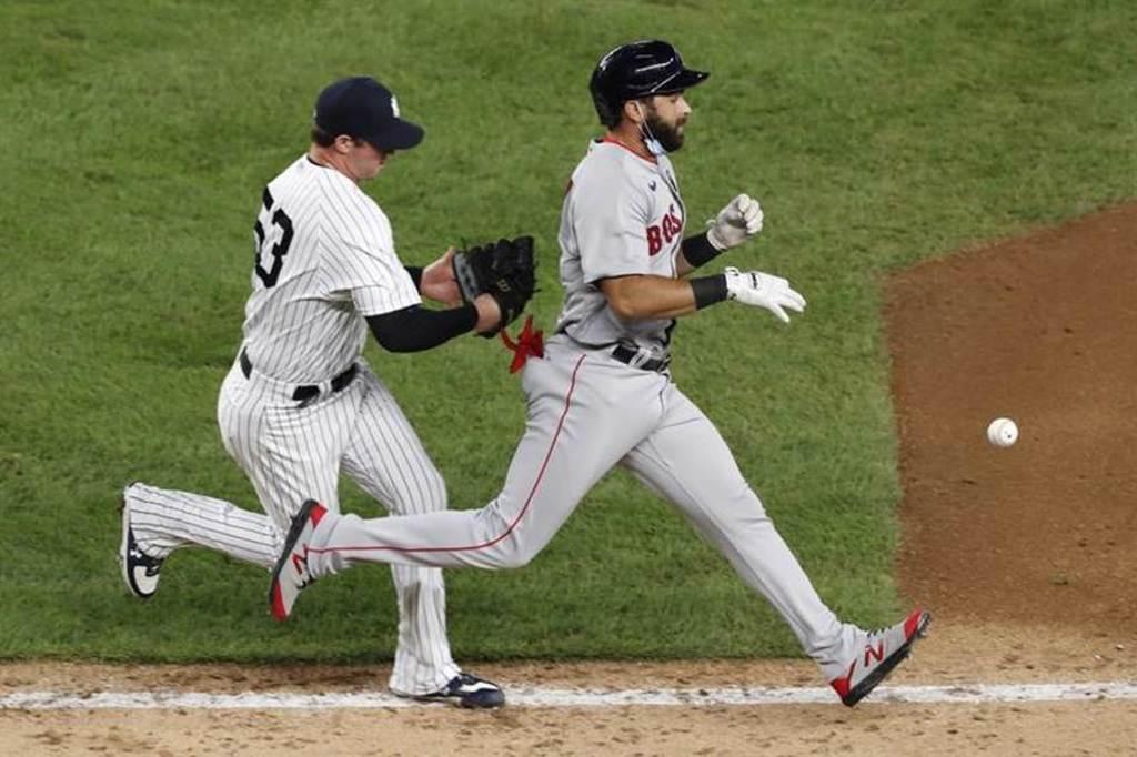 洋基救援投手布瑞騰(左)觸殺紅襪帕拉薩失敗,球從手套掉出。(美聯社)