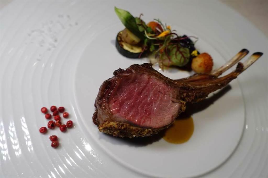 主餐「紐西蘭法式小羊排」,佐台南二層鹽、西班牙紅胡椒,將炙烤的羊肉襯托出美妙的甜嫩。(黃采薇攝)