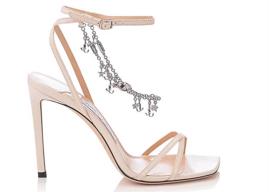 微風信義首賣「JIMMY CHOO METZ水晶鍊條裝飾米白色高跟鞋」,4萬5800元。(微風提供)
