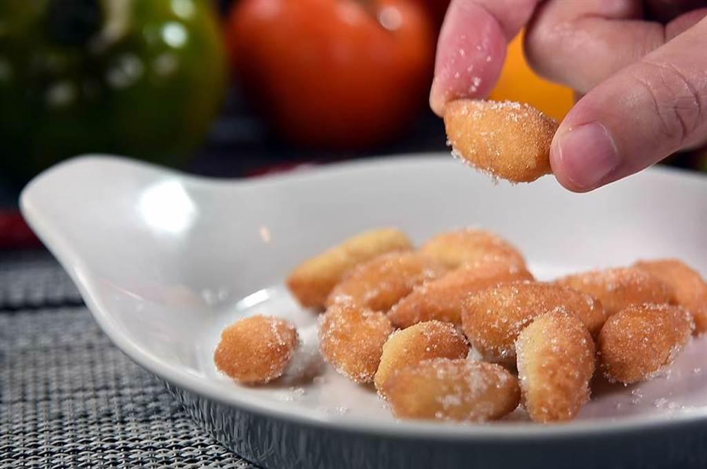 在民生社區的〈義舍廚房〉,披薩有很多不同的「樣態」,圖為橄欖狀、沾了砂糖,吃起來口感與味道都很像「雙胞胎」的炸披薩麵糰。(圖/姚舜)