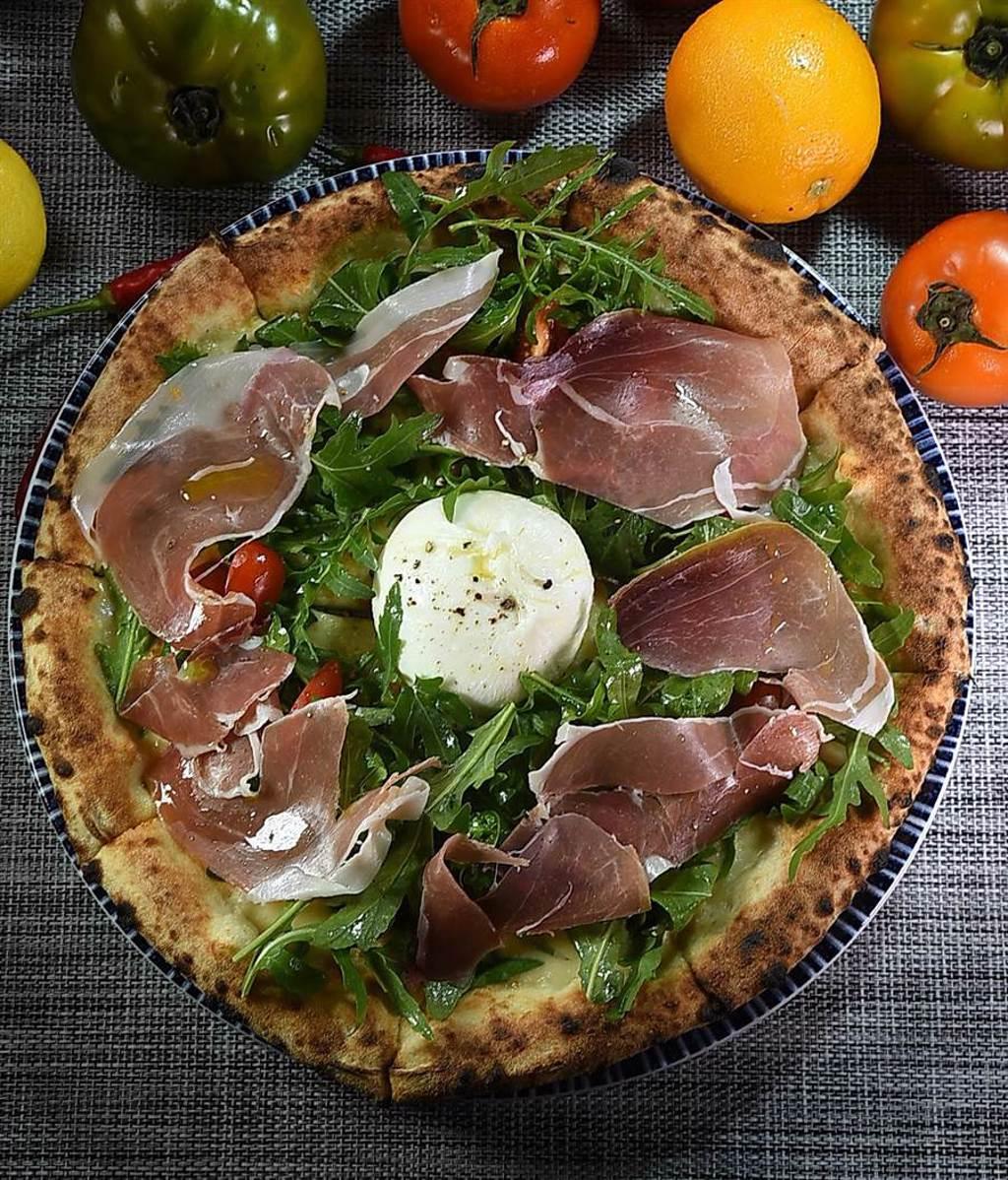 〈義舍招牌披薩〉的主要配料有帕瑪生腿、芝麻葉、熟成起司,中間則是一整球的布拉塔起司。(圖/姚舜)