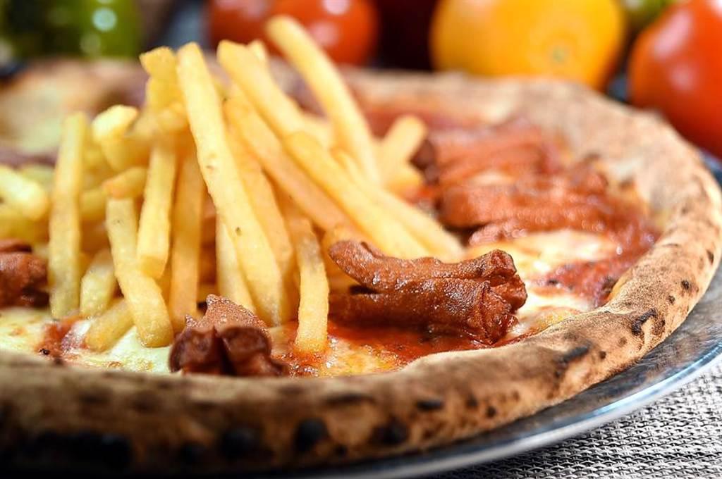 以馬札瑞拉起司和番茄醬舖底的〈熱狗薯條披薩〉,「長相」會讓人以為是美式披薩,但Giorgio說這是南義的特色披薩,且很受歡迎。(圖/姚舜)
