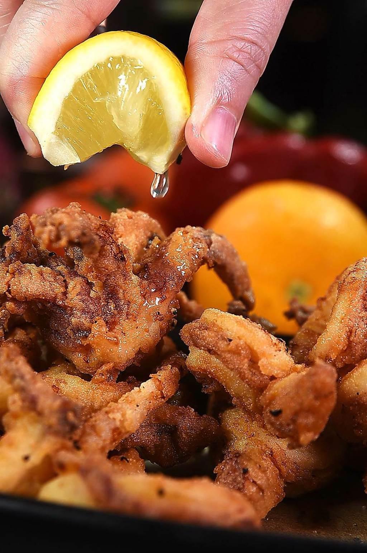 〈義舍廚房〉的〈南義風味酥炸花枝〉,食材是請野柳船家特別供應,炸好後口感柔軟且嘗得出甜味。(圖/姚舜)
