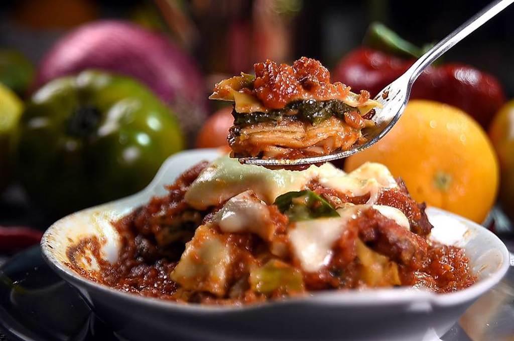 〈義舍廚房〉的〈蔬食千層麵〉是以又稱「未來肉」的植物肉作主要內餡,明明是素食,嘗來有葷香。(圖/姚舜)