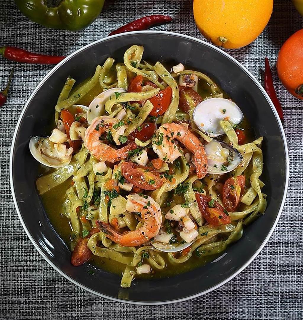 〈義舍廚房〉的〈洋蔥海鮮手切麵〉,醬汁是以洋蔥作底煮製,食材有大蝦、小卷和蛤蜊。(圖/姚舜)
