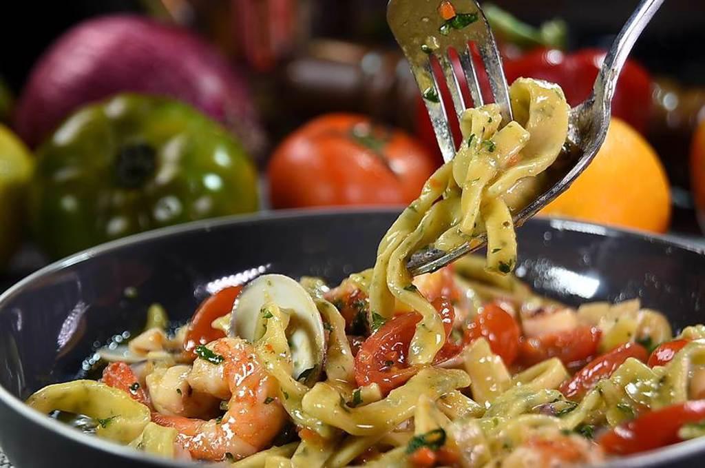 〈義舍廚房〉的〈洋蔥海鮮手切麵〉的麵條是手工自製,麵糰中加了雞蛋、奶油、牛奶和起司,口感柔軟中帶有Q度。(圖/姚舜)