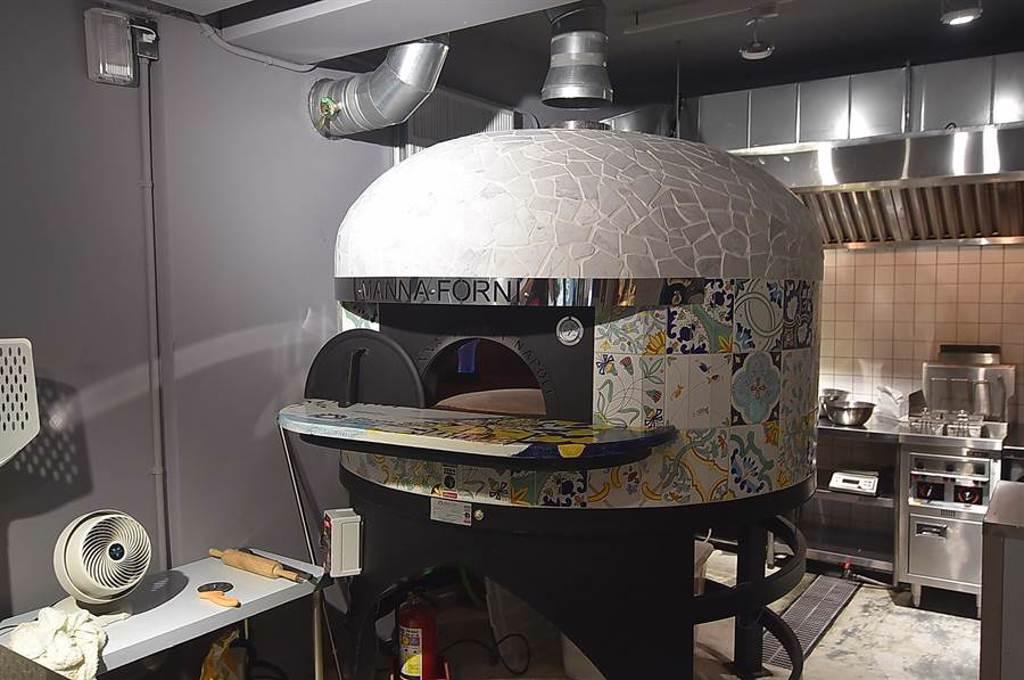 〈a Mano 義舍廚房〉有一個拿坡里正統披薩協會(Associazione Verace Pizza Napoletana