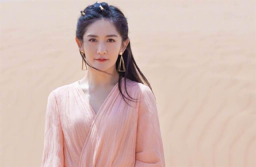謝娜沙漠寫真曝好身材 紗裙飄酥胸仙女氣質(圖/摘自微博@謝娜)