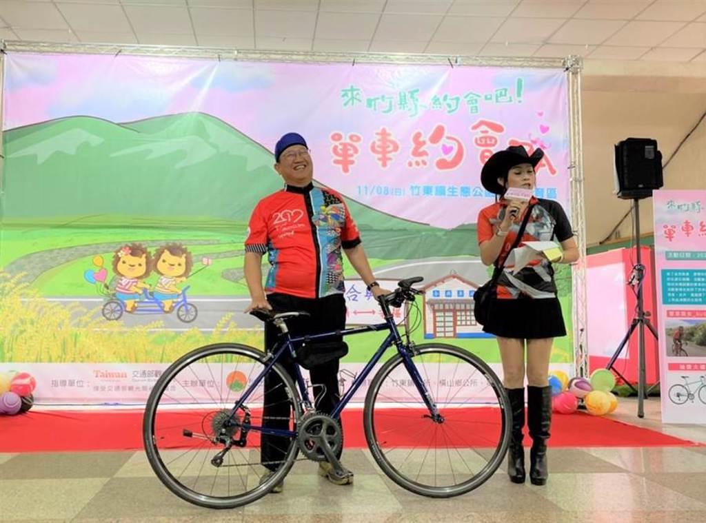 新竹縣長楊文科(左)換上車衣,親自上陣宣傳「來竹縣約會吧!單車約會PA」活動。(莊旻靜攝)