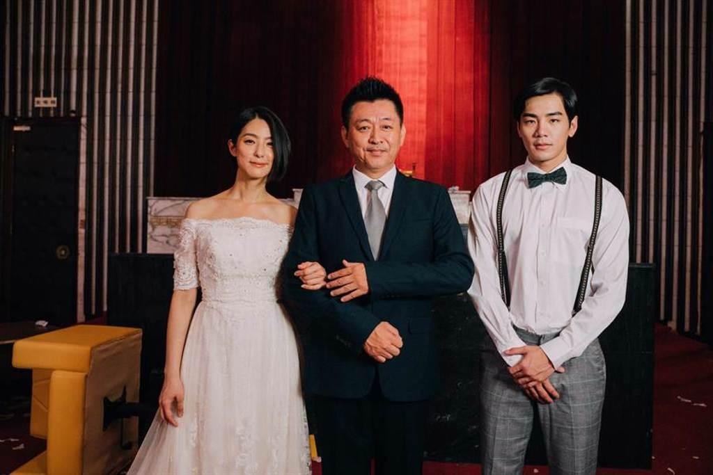 賴雅妍與禾浩辰為電影《逃出立法院》拍攝婚紗照,庹宗華樂得帥女婿。(華映娛樂提供)