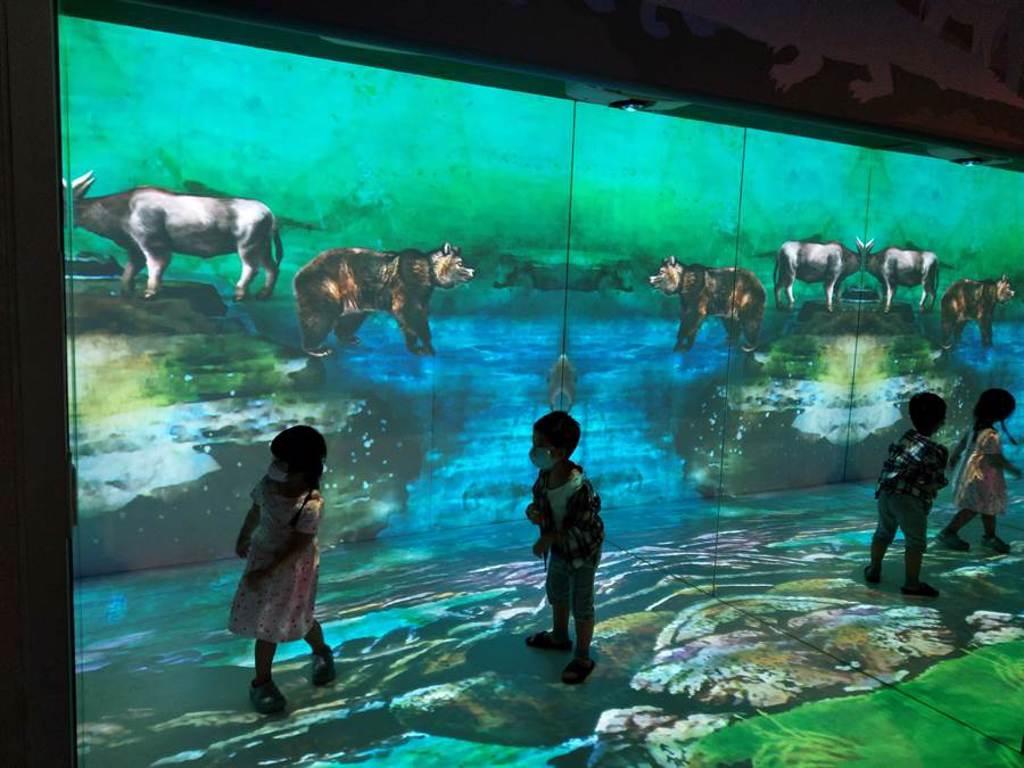 台南左鎮化石園區於三館、四館新增3大主題互動多媒體「我是誰?」、「動物搬厝」、「與鱷的距離」,拉近遊客與化石展品的距離。(台南市文化局提供/劉秀芬台南傳真)