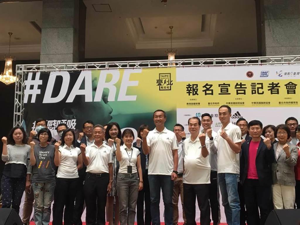 2020台北馬拉松將在12月20日上午6時分開跑,台北市體育局將宣導跑者於起點佩戴口罩,與他人拉開距離後再取下。(賴彥竹攝)
