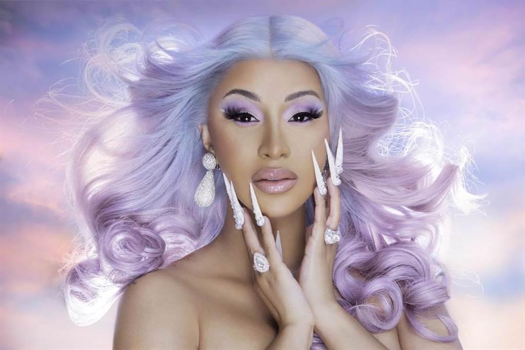 「超殺饒舌女王」卡蒂B空降全美單曲冠軍。(華納音樂提供)
