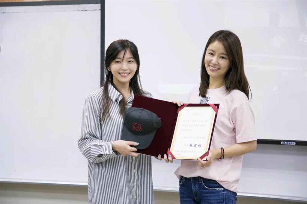 世新大學上海碩專班學生會會長交接,將由知名藝人林心如擔任新任學生會會長。(世新提供/李侑珊台北傳真)