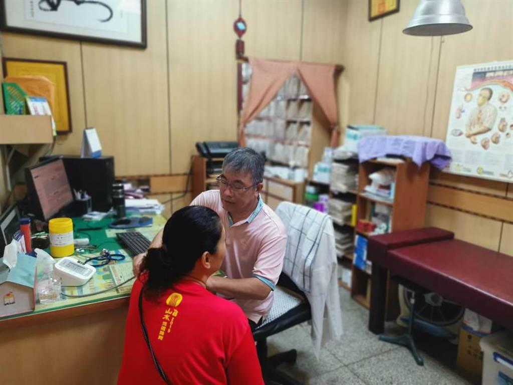謝福安在南庄開業20年,已成了當地民眾健康守護神。(謝明俊攝)