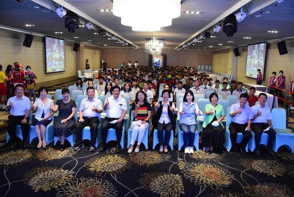 彰化縣今年打入全中運全國前六強,還贏過台南市,今天總共頒發598.5萬元獎勵金,表揚績優選手及教練。(謝瓊雲攝)