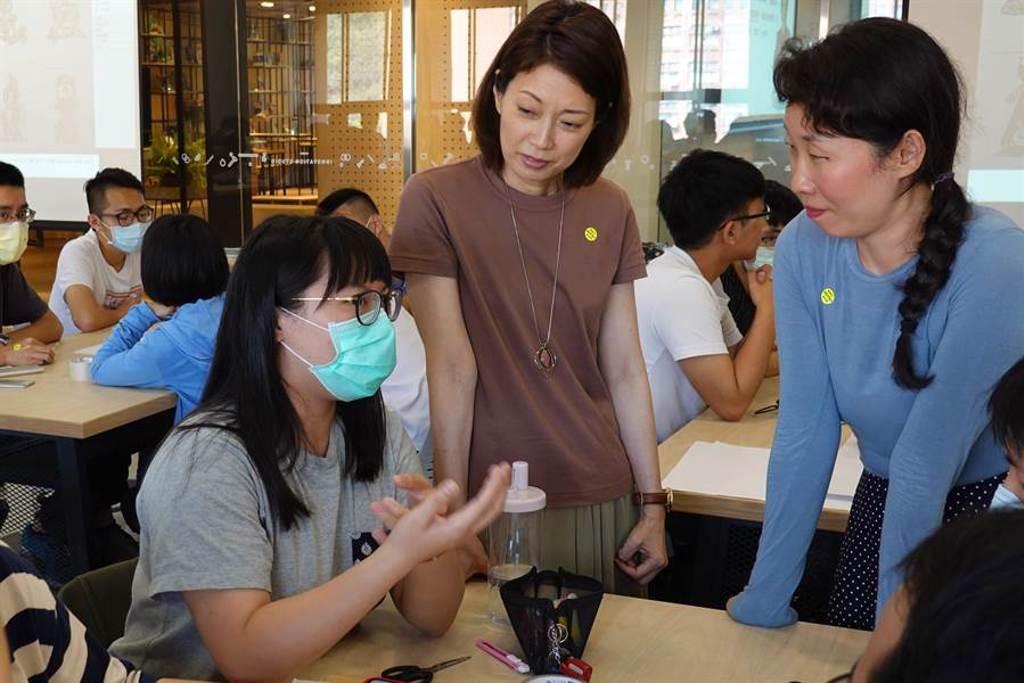 伊藤佳代開設的「跨文化溝通研究」通識課程總是吸引學生搶修。(國立中山大學提供/袁庭堯高雄傳真)