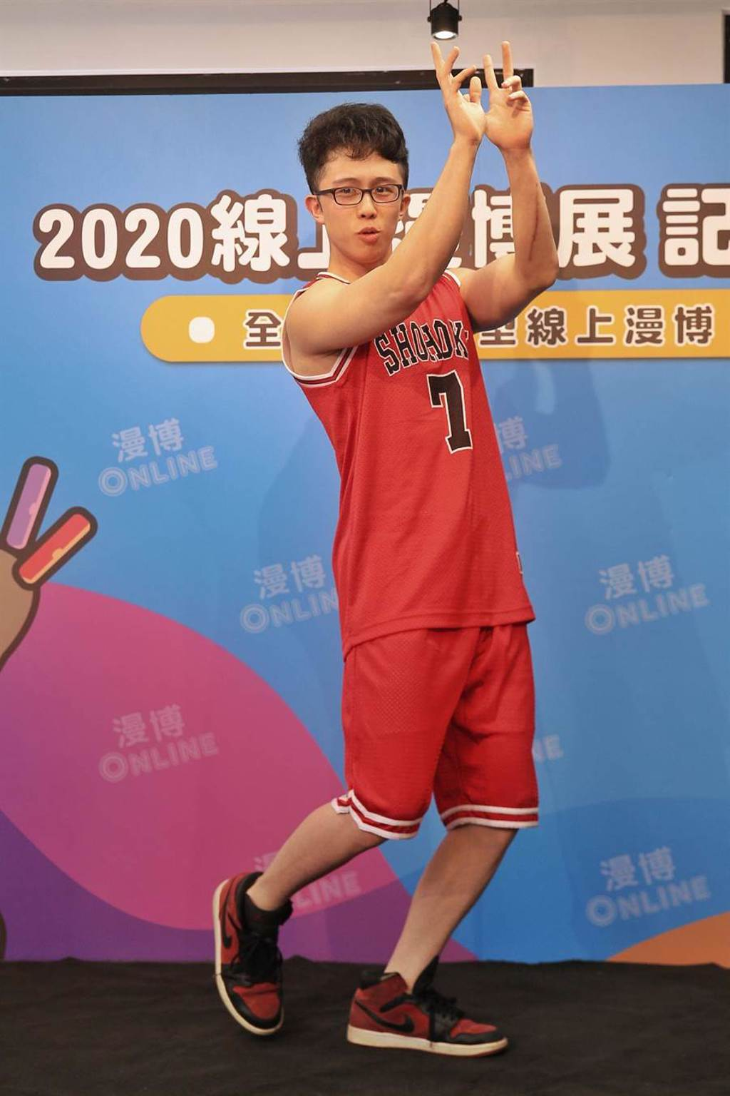 藝人孫安佐Cosplay為《灌籃高手》中的「宮城良田」一角,示範如何直播販售周邊商品。(杜宜諳攝)