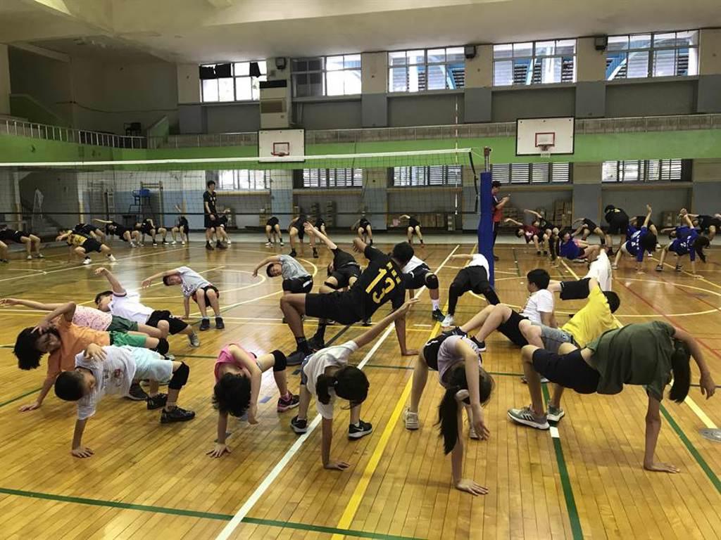 台電球員和參加營隊的小球員一起練習,開啟為期4天的排球營隊。(陳彩玲攝)