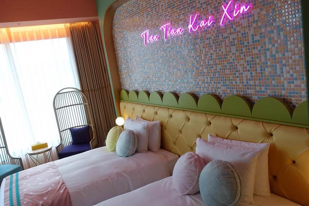 主題客房之一的「好饗甜甜Sweets」設計以台灣水果、馬卡龍、珍奶等呈現粉紅少女心。(黃采薇攝)