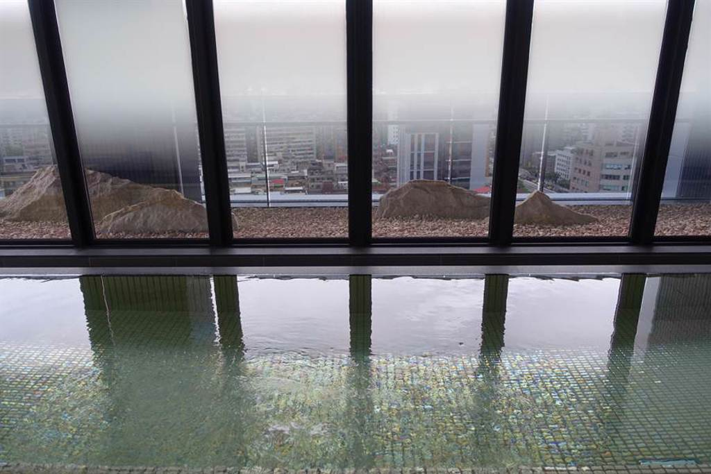飯店亮點之頂樓日式大浴場,設計原意期望房客體驗泡澡觀景的舒適感。(黃采薇攝)