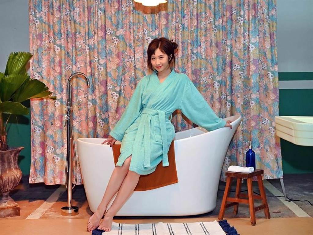 Lulu黃路梓茵在新歌MV中,美小鴨進化變天鵝。(環球音樂提供)