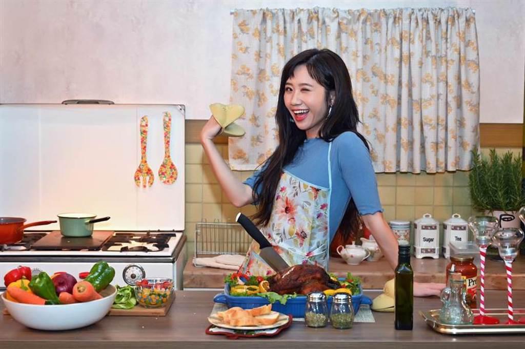 Lulu黃路梓茵〈讓我們在一起吧〉MV,大玩黑色幽默。(環球音樂提供)