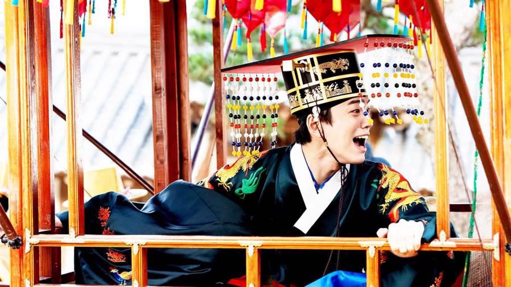 金旻奎在劇中迎娶王妃慘遭襲擊。(東森提供)