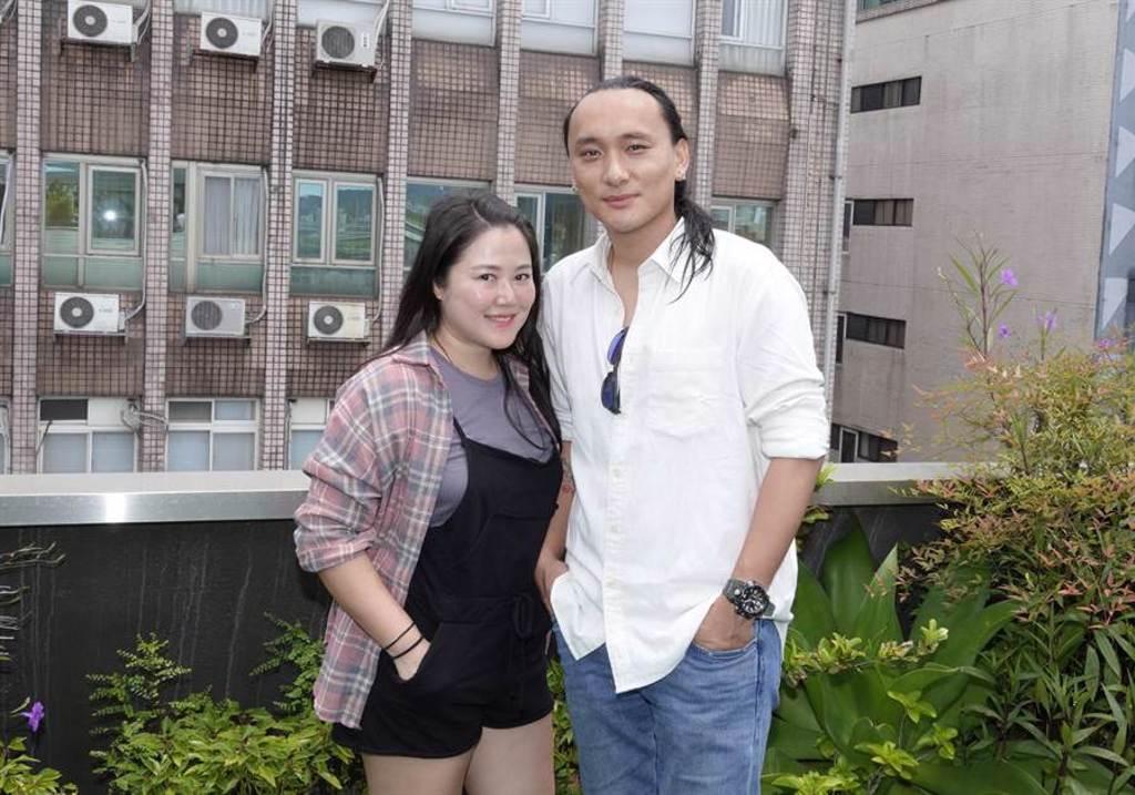 電影監製賴梵耘(左)和導演老公Pawo今日合體接受訪問。(海鵬提供)