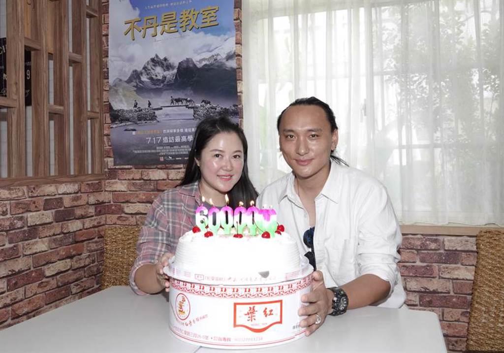 Pawo(右)為妻賴梵耘慶生,也慶祝票房告捷。(海鵬提供)