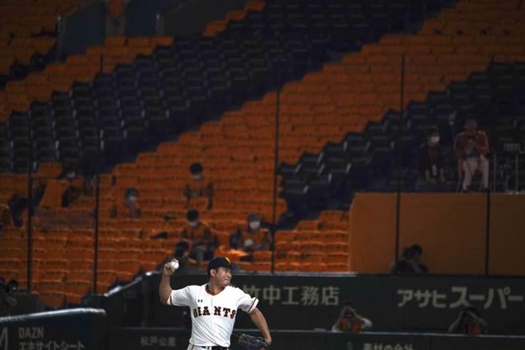 讀賣巨人隊投手菅野智之今天完封阪神虎隊,寫下開季8連勝紀錄。(美聯社資料照)