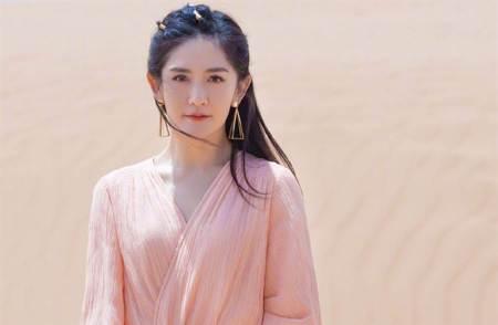 「人間水蜜桃」沙漠寫真曝好身材 V字紗裙飄仙氣
