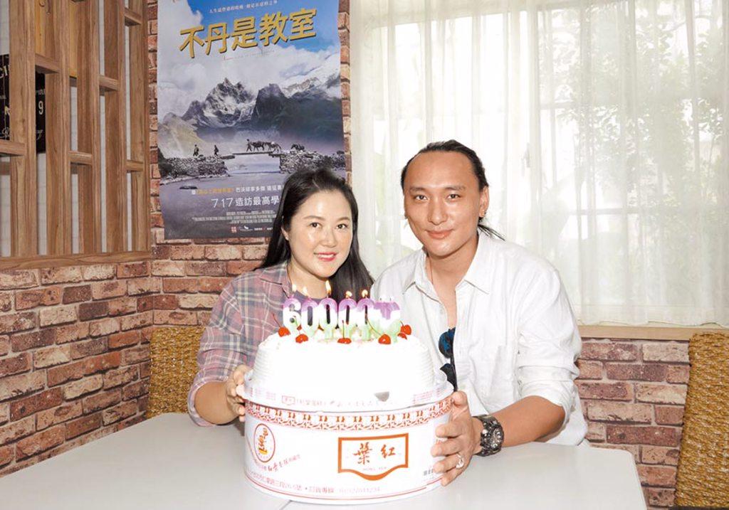 導演Pawo(右)昨為妻賴梵耘慶生,也慶祝票房告捷破600萬。(海鵬提供)